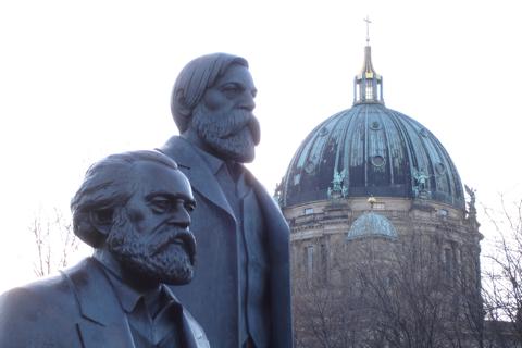 Marx und Engels in der Nähe des Berliner Doms